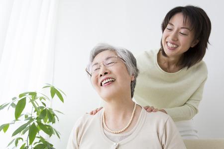 Mutter eine Massage Tochter bekommen Lizenzfreie Bilder