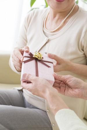 母親が娘からプレゼントします。
