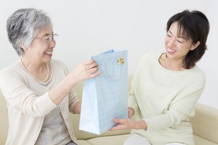 娘が母親からプレゼントします。