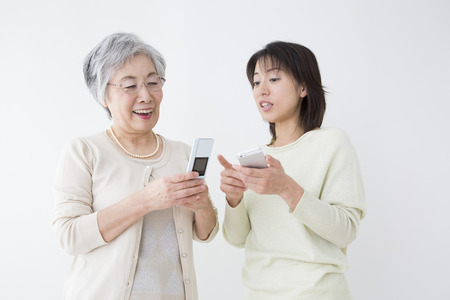 step daughter: Mother and daughter to operate the mobile phone