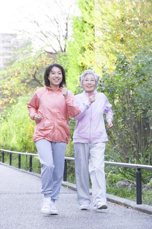 母と娘を歩く 写真素材