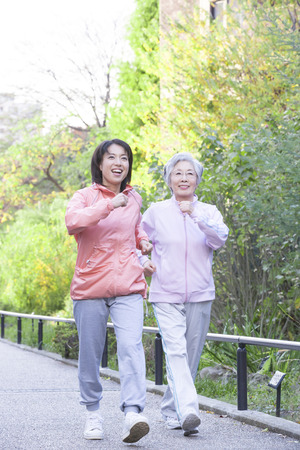 persona de la tercera edad: Caminar a la madre y la hija