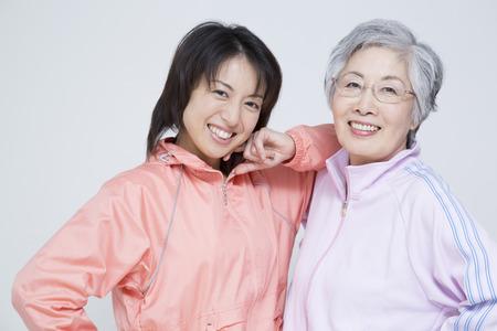 vejez feliz: Ropa deportiva a madre e hija Foto de archivo