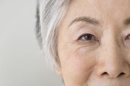 年配の女性の目