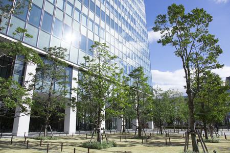 Omgeven door groen gebouw