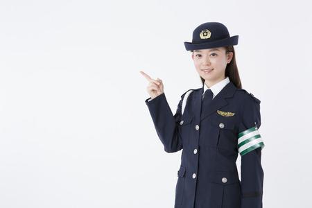Wijzend naar vrouwen politieagenten