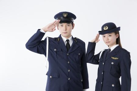 敬礼する警察官
