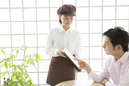 oficinista: Cafe empleado al servicio al cliente