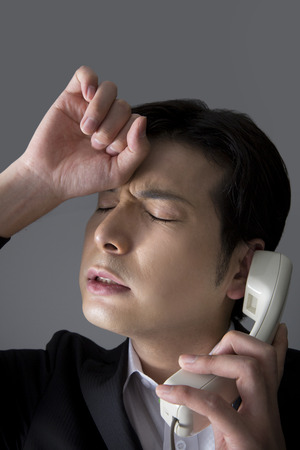 con man: Men who suffer while on phone