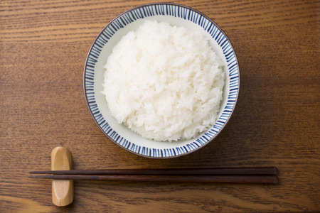 riso bianco: White rice and chopsticks