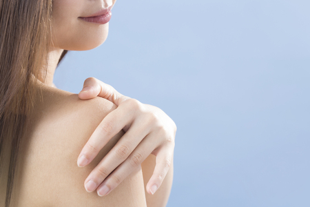 Main d'une femme peignant la crème pour le corps Banque d'images - 49288982