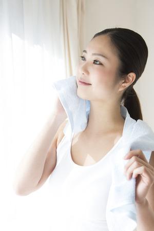 seres vivos: Mujer en una toalla para limpiar el sudor