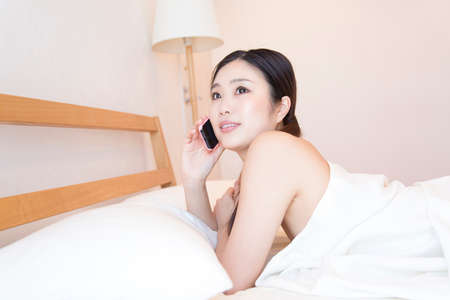 salubrious: Women who phone in bed