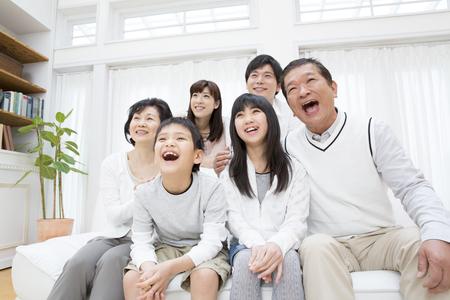 los seres vivos: Familia de tres generaciones de la sonrisa Foto de archivo