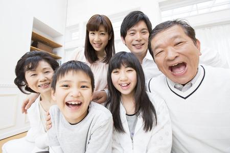笑顔の 3 世代家族