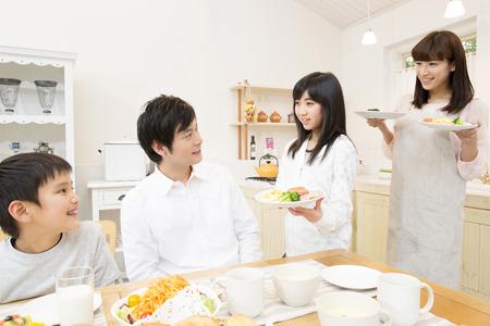 ni�os desayuno: Familia de preparar para el desayuno