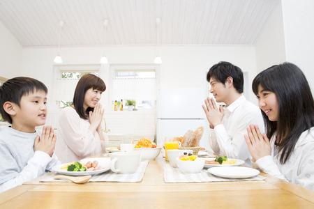 Familie om te ontbijten Stockfoto