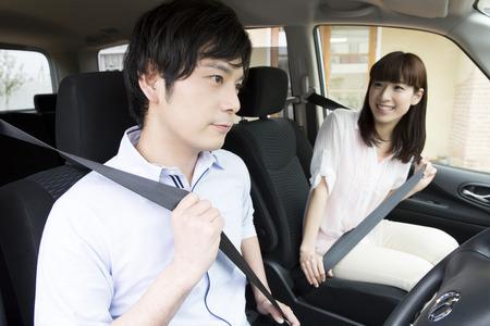 hombre conduciendo: Conducir a apartarse pareja Foto de archivo
