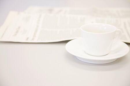 コーヒー カップと新聞 写真素材