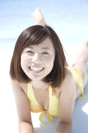 Badeanzugfrau, zum neben dem Pool zu sein