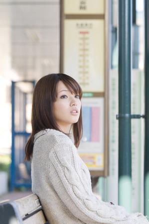 バスを待っている女 写真素材