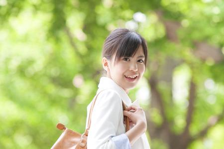ser humano: Mirando hacia atrás sonrisa Empresaria