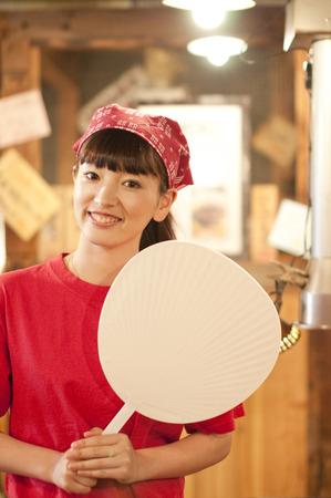 the clerk: Empleado de la sonrisa con un ventilador Foto de archivo