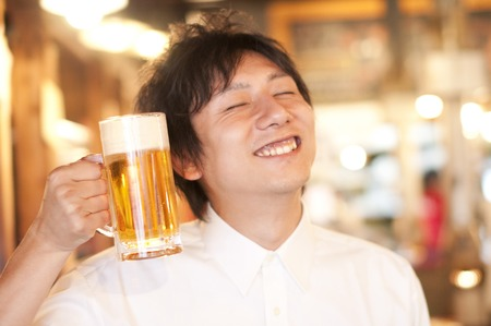 oficinista: El empleado sonríe y tomando una cerveza