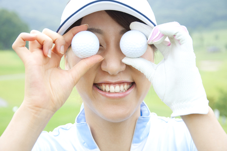 eye ball: Woman hit in the eye of the golf ball