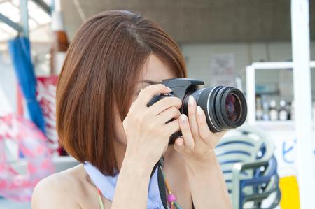 reflex: Women shooting in the single-lens reflex