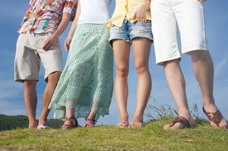 丘の上に立っている足の男性と女性