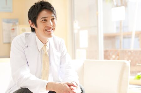 남성 의사 웃