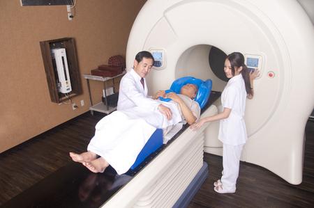 男性医師と看護師の放射線治療装置による治療 写真素材