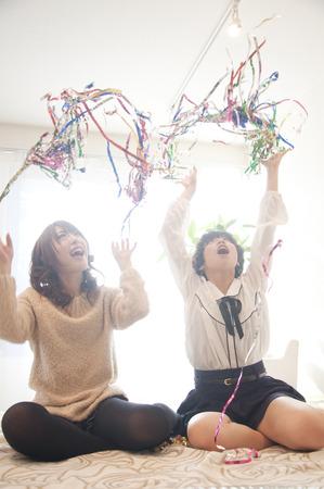 rollick: 2 women throw the tape Stock Photo