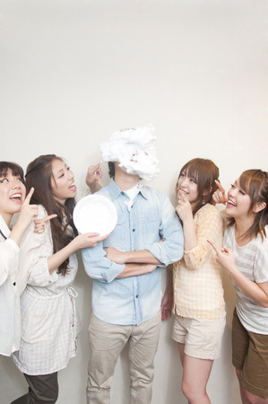 resound: 4 women surrounding the pie throwing have been male Stock Photo