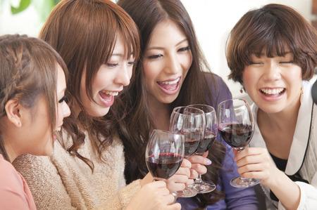 4 vrouwen voor een toast met wijn Stockfoto - 42338734