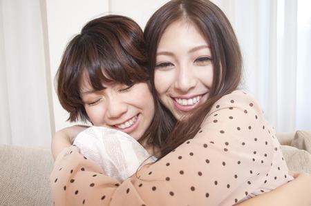 personas abrazadas: 2 mujeres que se abrazan Foto de archivo