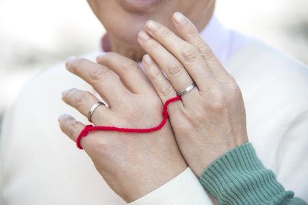 hilo rojo: Mano de los pares mayores conectada por hilo rojo