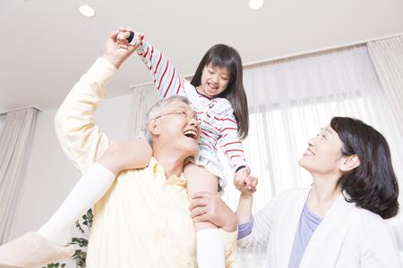 祖父と孫を便乗する笑顔の祖母