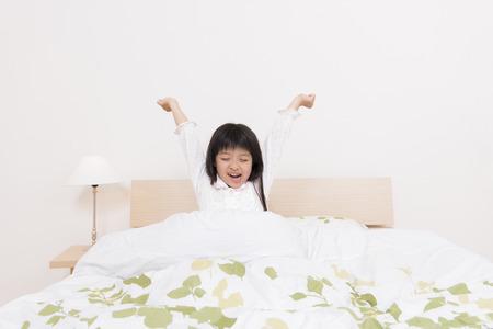 pajamas: Chica se levanta de la cama
