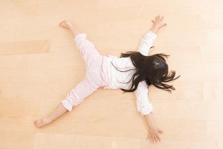 ser humano: Chica se encuentran apoyados en el suelo Foto de archivo
