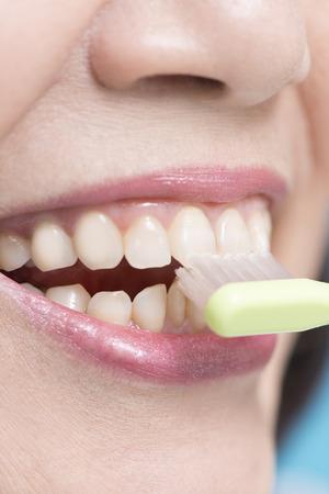 年配の女性の口の中は歯を磨く