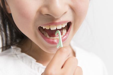 Meisje dat de draad-tandenstoker gebruikt Stockfoto