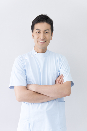 웃는 남성 간호사