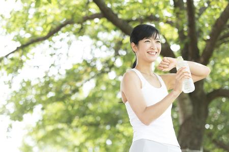 ejercicio aeróbico: Mujer de agua potable