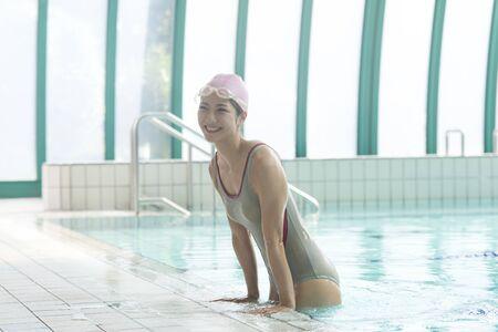 salud y deporte: Mujer se levanta de la piscina