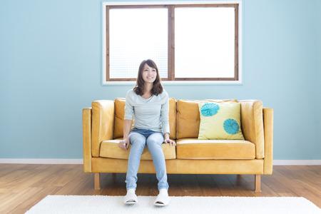 seres vivos: Mujeres en el sofá Foto de archivo