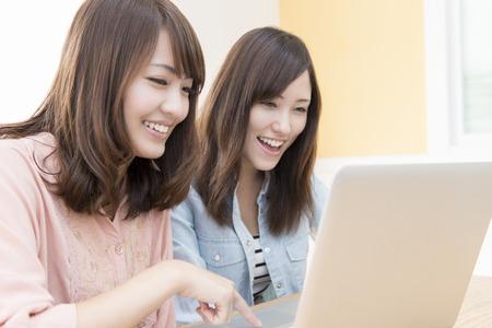 Twee vrouwen raken notebook pc