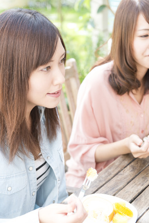 loosen up: Women chatting in a cafe Stock Photo