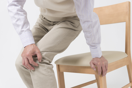 middle joint: Senior men complain of joint pain